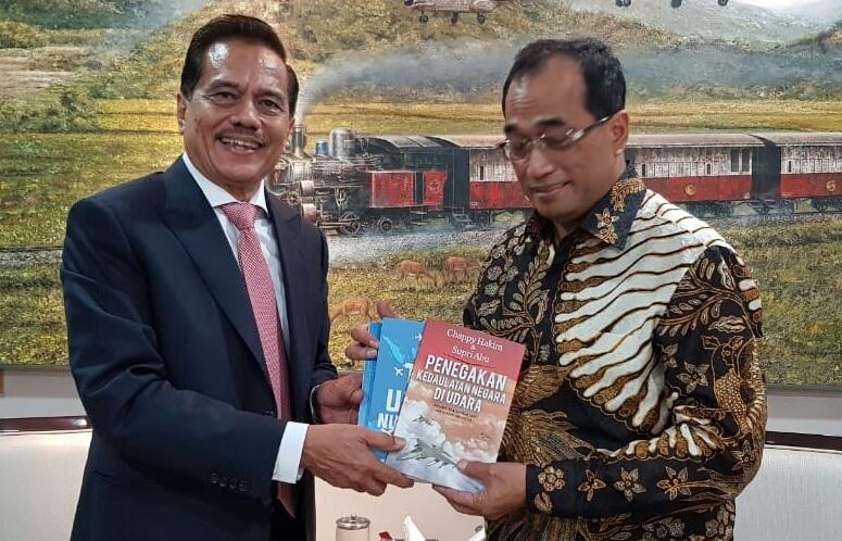 Mantan Kasau Menyerahkan Buku Kepada Menteri Perhubungan