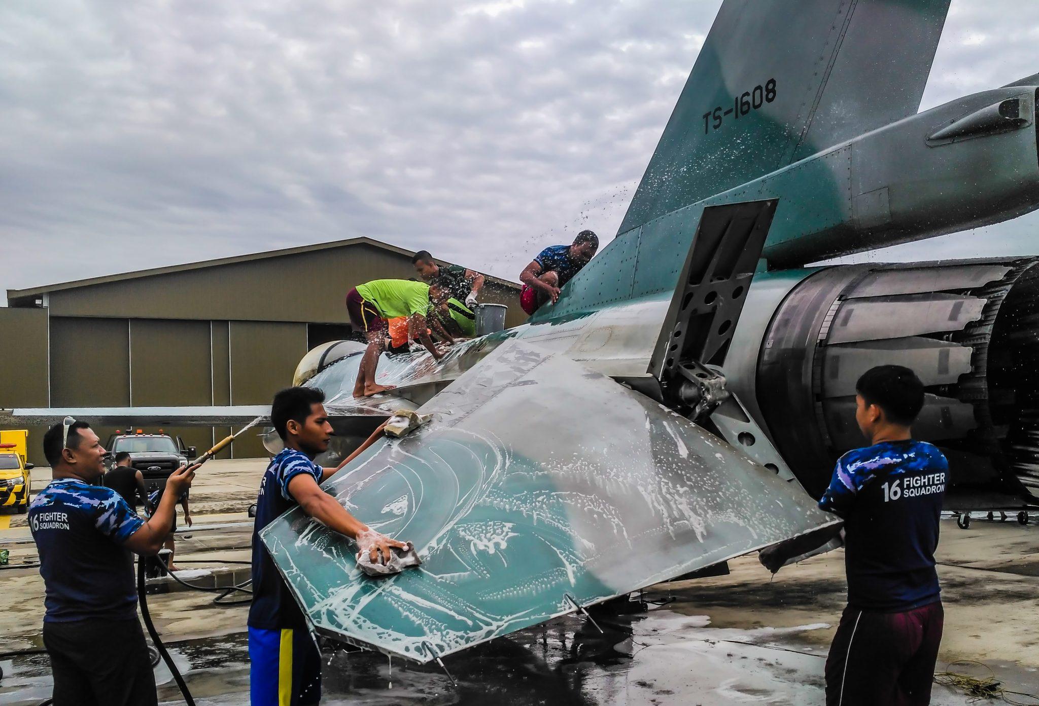 Skadron Udara 16 Lanud RSN Menutup Tahun 2018 dengan Tradisi Cuci Pesawat