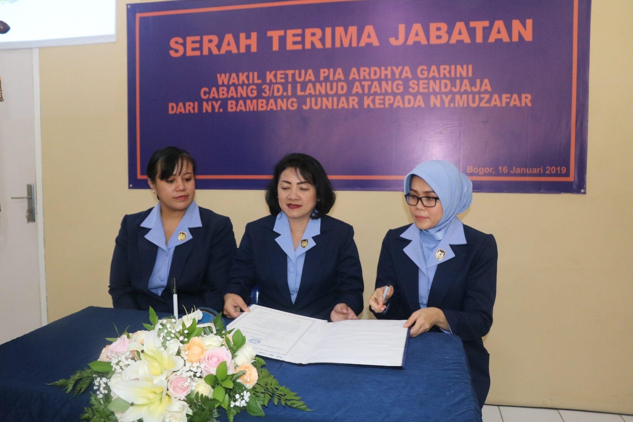 Ny. Muzafar Jabat Wakil Ketua PIA AG Cabang 3/Daerah I Lanud Atang Sendjaja