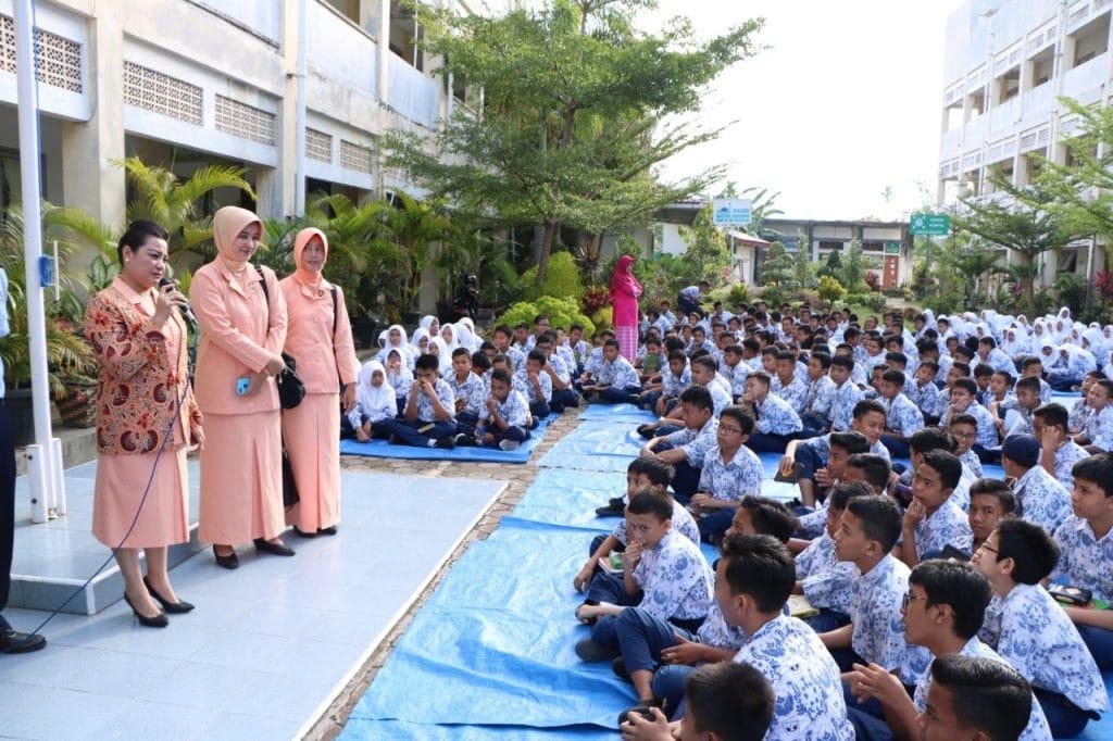 Ketua Yasarini Cabang Lanud Sutan Sjahrir Turut Sosialisasikan SMA Pradita Dirgantara di SMPN 25 Padang