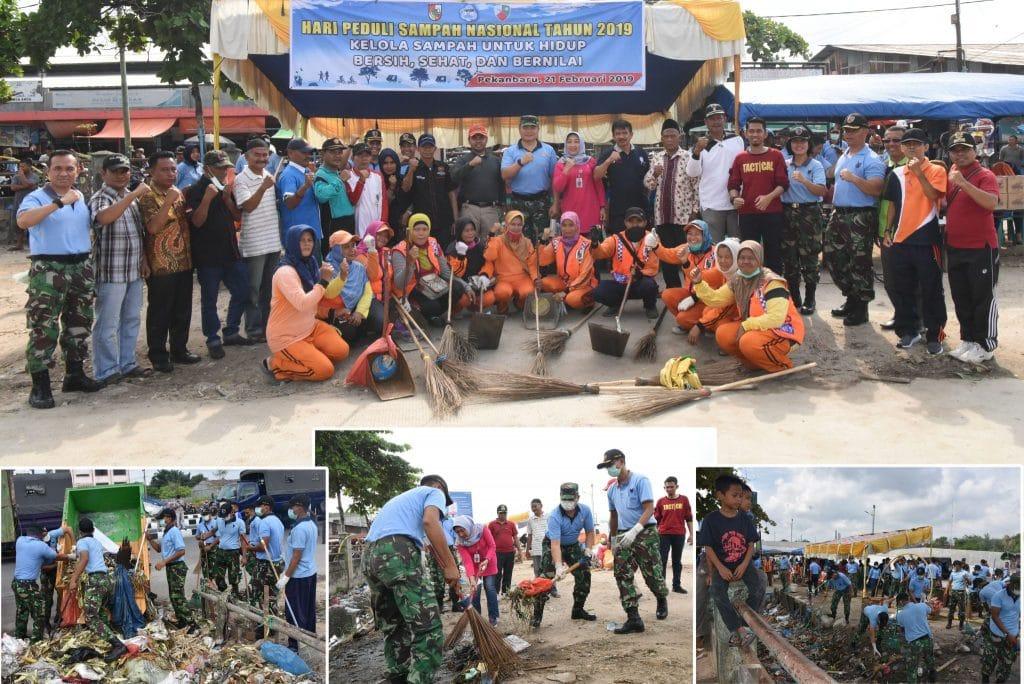 Ratusan Personel Lanud Rsn Bersama Warga Lakukan Aksi Bersih Sampah di Pasar Pagi Arengka