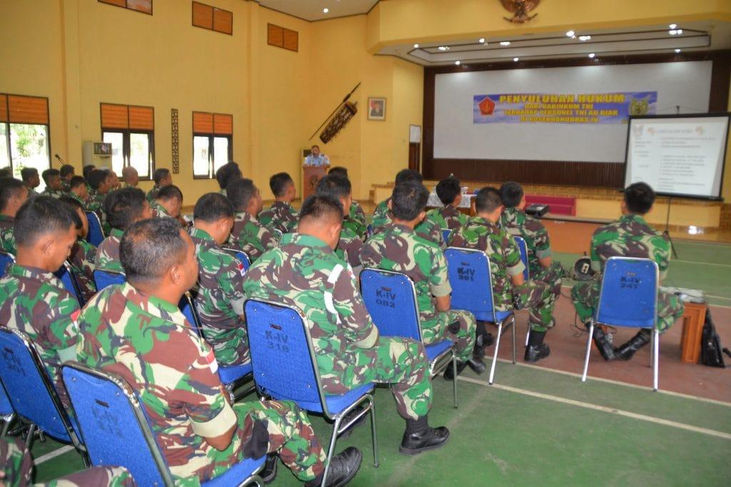 Personel TNI AU di Biak Terima Penyuluhan Hukum dari Babinkum TNI
