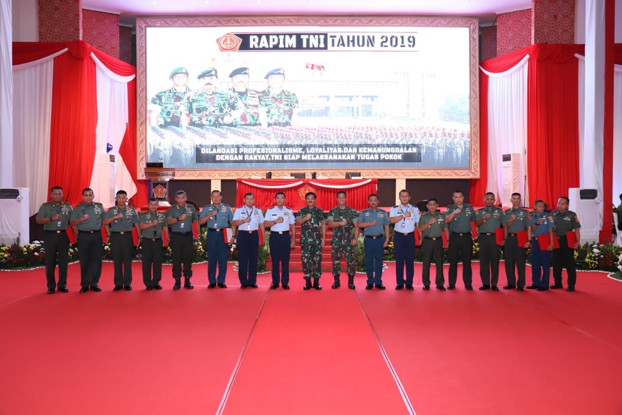 Pangkoopsau II Menerima Penghargaan dari Panglima TNI