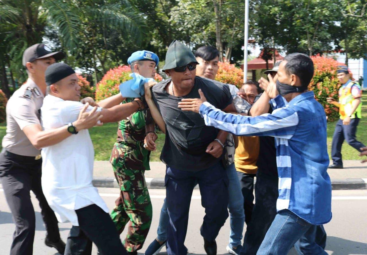 Prajurit TNI AU Smh Amankan Dua Pengunjuk Rasa