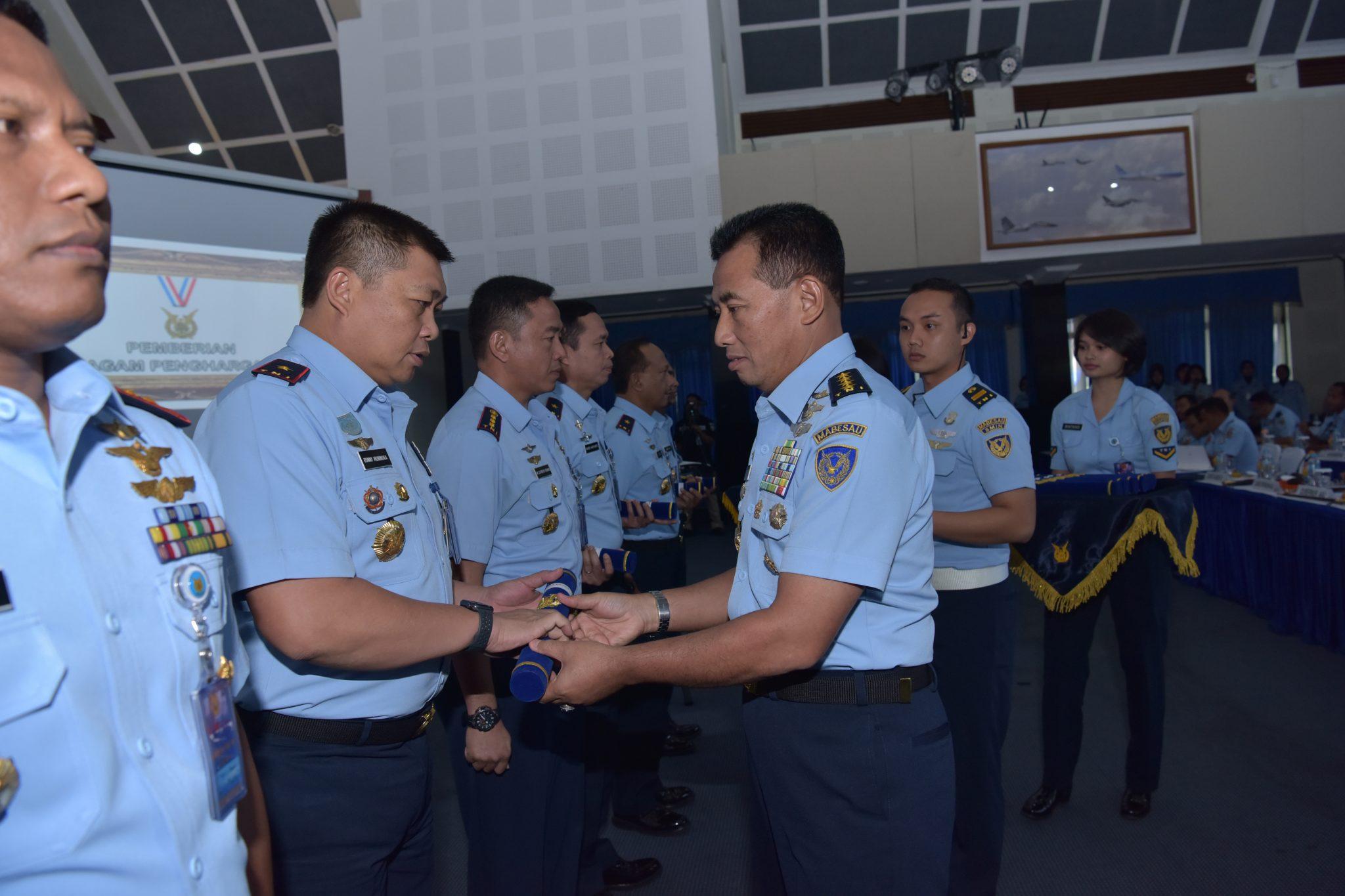 Komandan Lanud Roesmin Nurjadin Raih Penghargaan dari Kasau