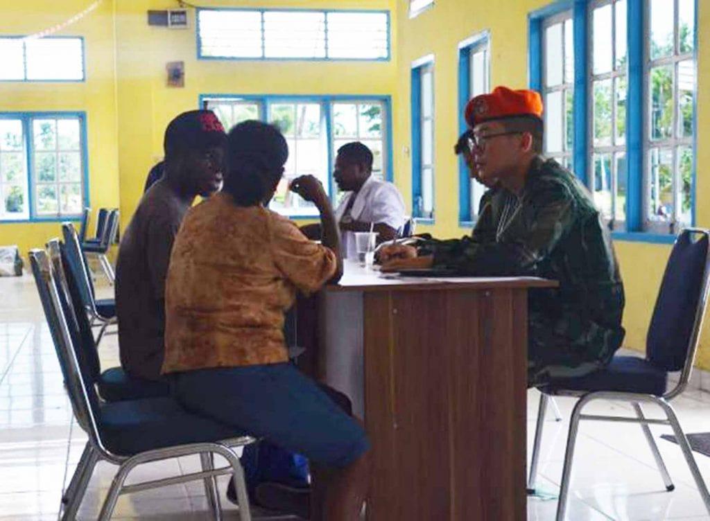 500 Buah Kacamata Diberikan Korpaskhas TNI-AU Bagi Warga Sorsel
