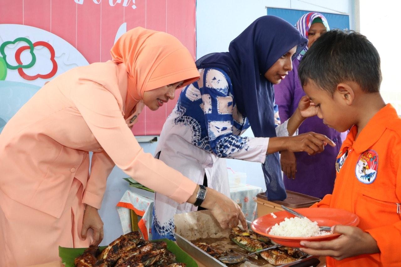 Anak-Anak TK Angkasa Lanud Sim Gemar Makan Ikan