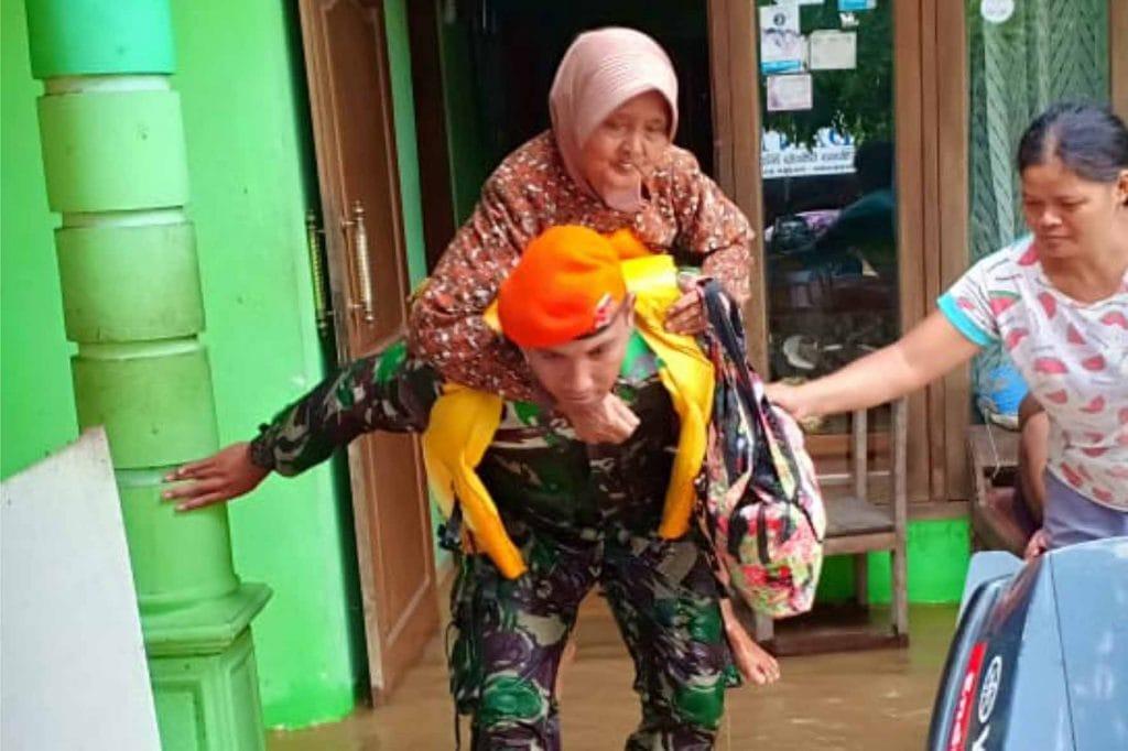 Yonko 463 Paskhas Bantu Evakuasi Korban Banjir