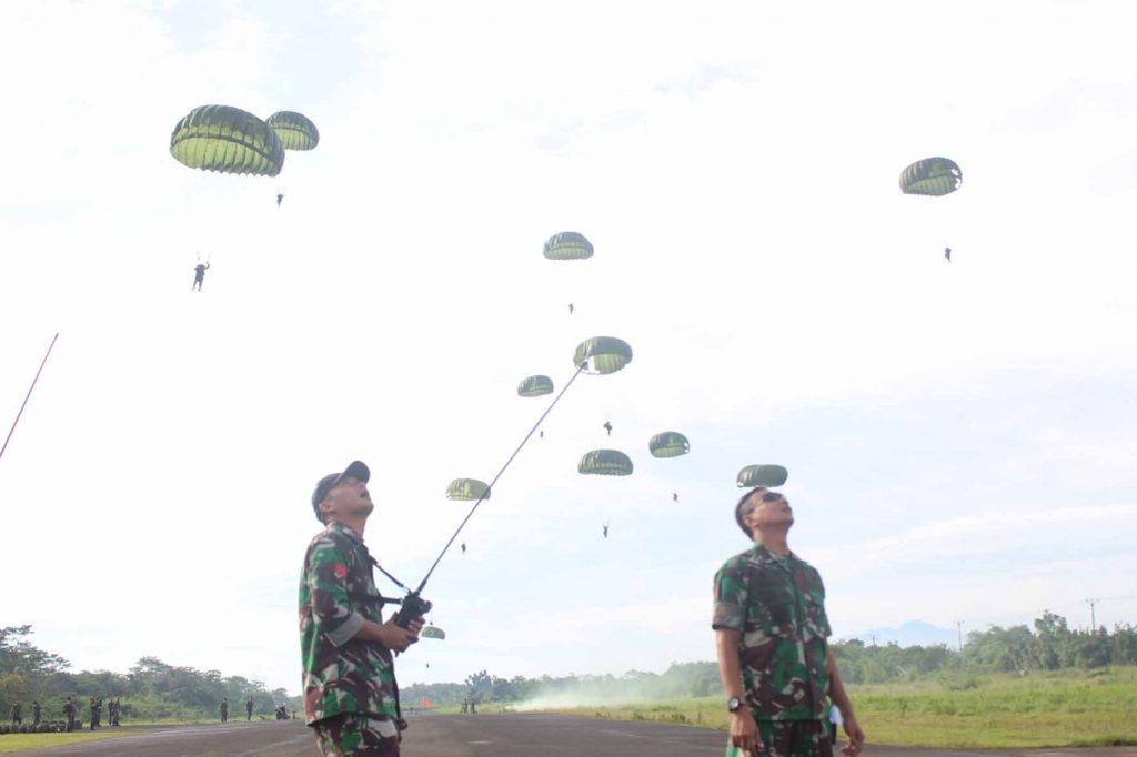 Komandan Wing I Paskhas menyaksikan Terjun Penyegaran