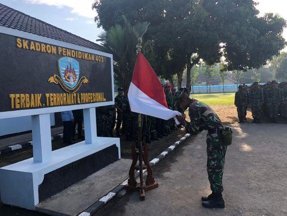 Tradisi Cium Bendera di Skadik 403 Tanamkan Nasionalisme dan Cinta NKRI