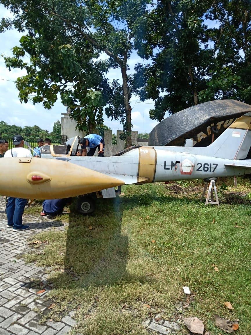 Pesawat Marchetti Dievakuasi dari Taman Gabusan
