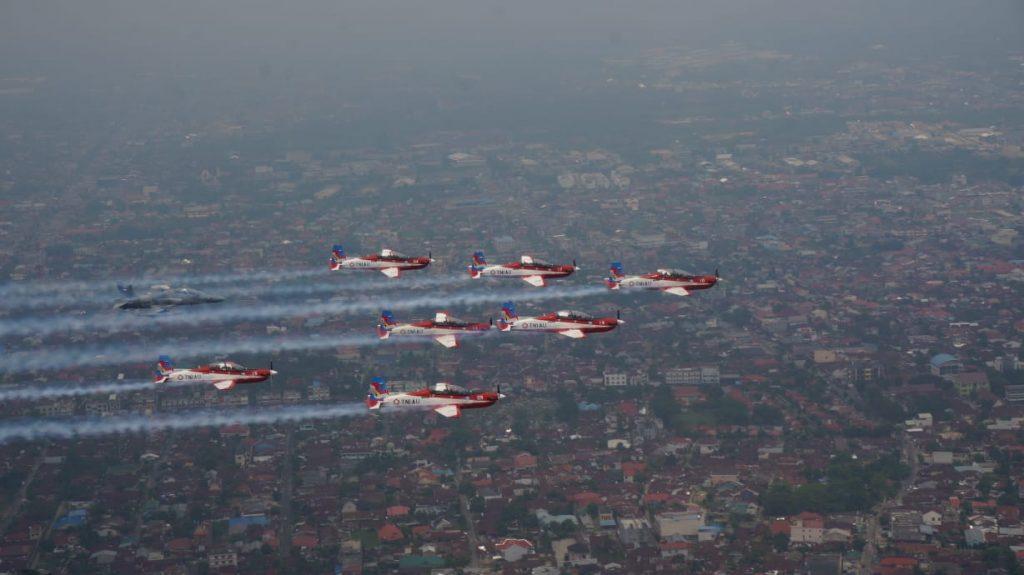 Sapa Warga Pekanbaru, JAT Flypast di Atas Tugu Zapin