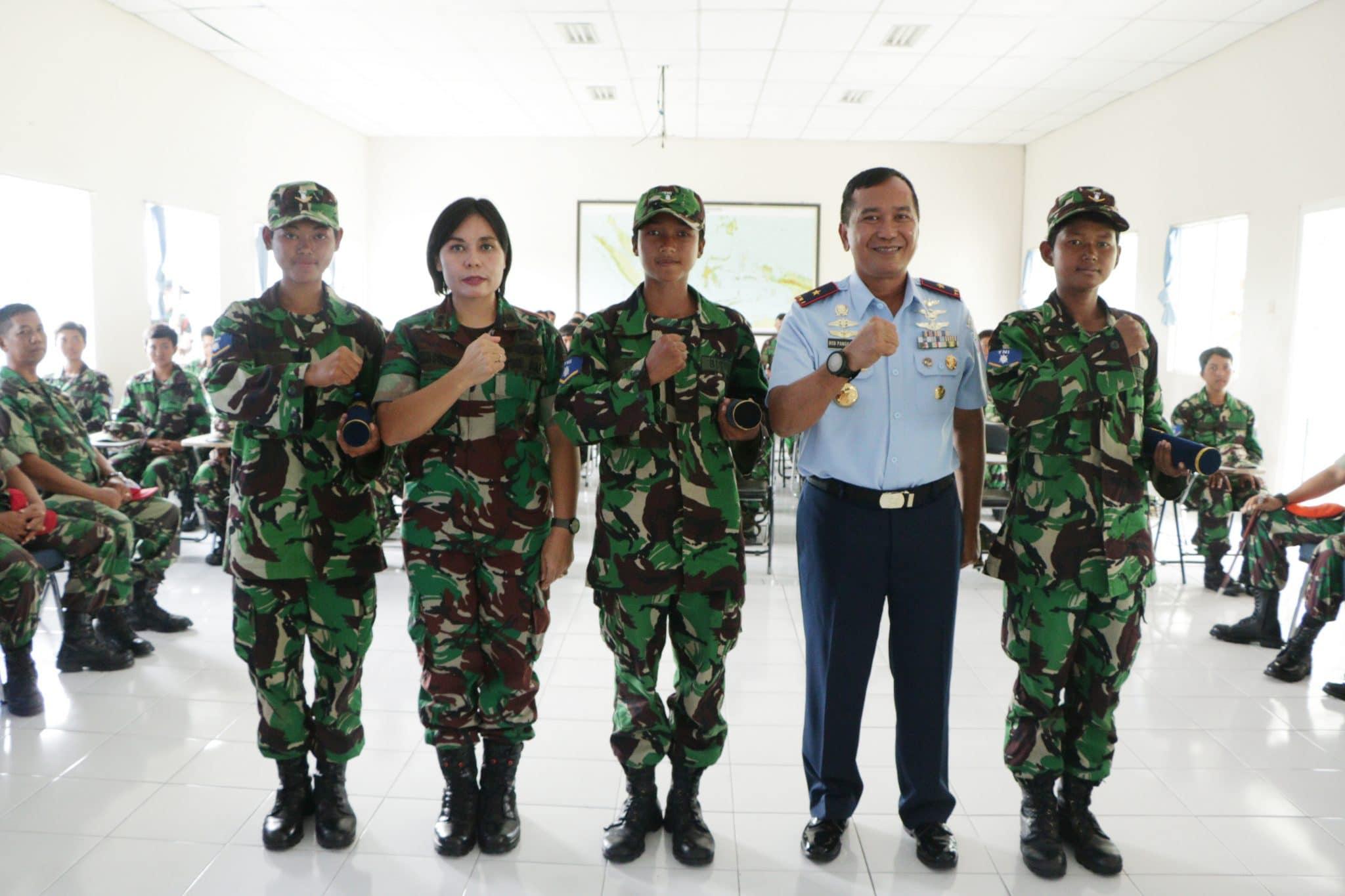 Danlanud Adisutjipto Serahkan Piagam Penghargaan Siswa Terbaik Siswa Semaba Wara A-43