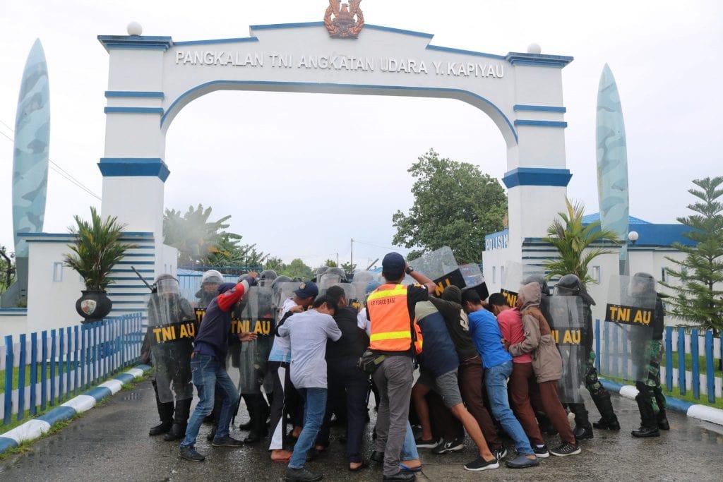 Personel Lanud Yohanis Kapiyau Latihan PHH