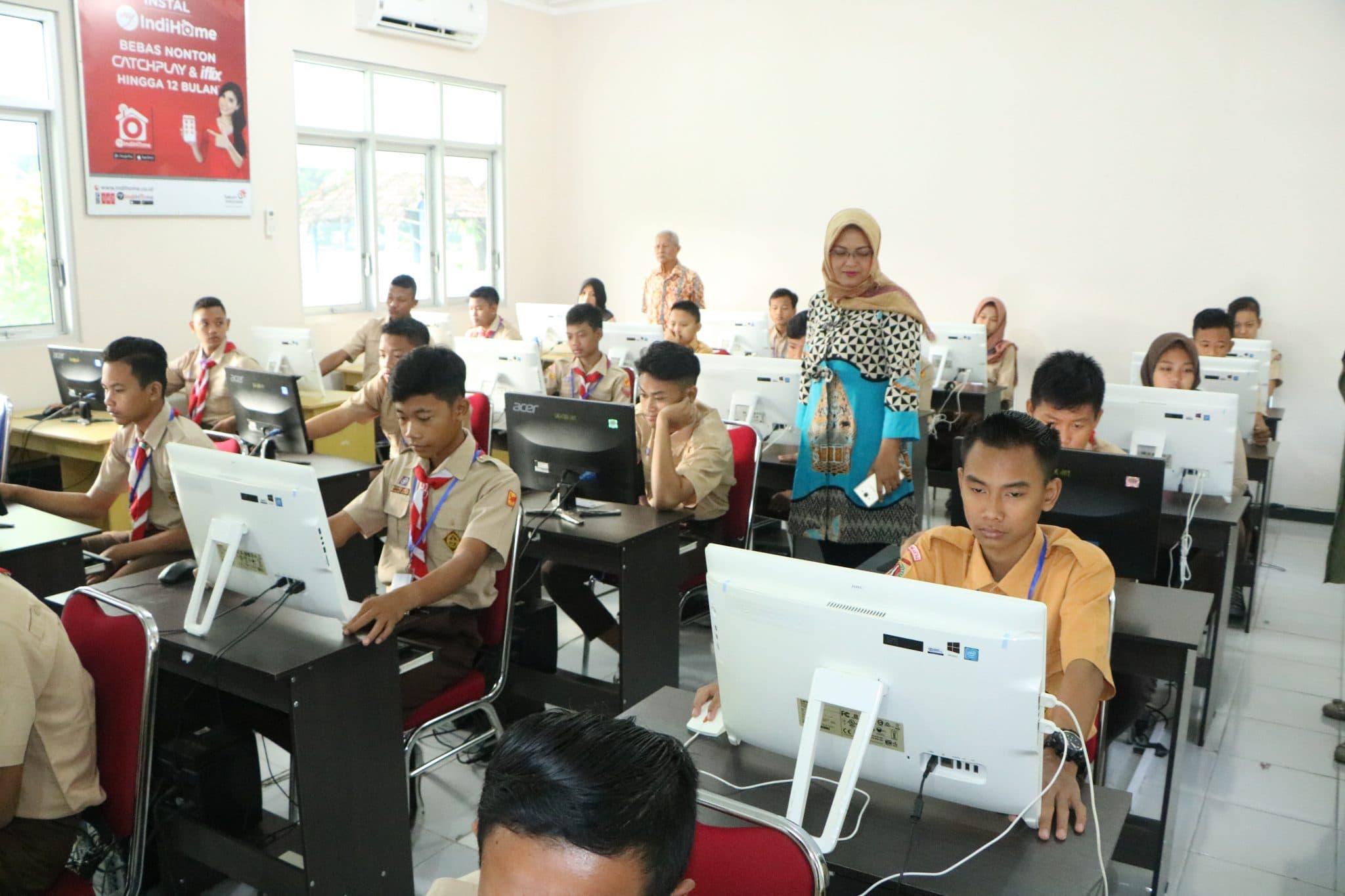 Persiapkan Ujian Nasional SMP Angkasa Lanud Smo Ikuti Try Out Online