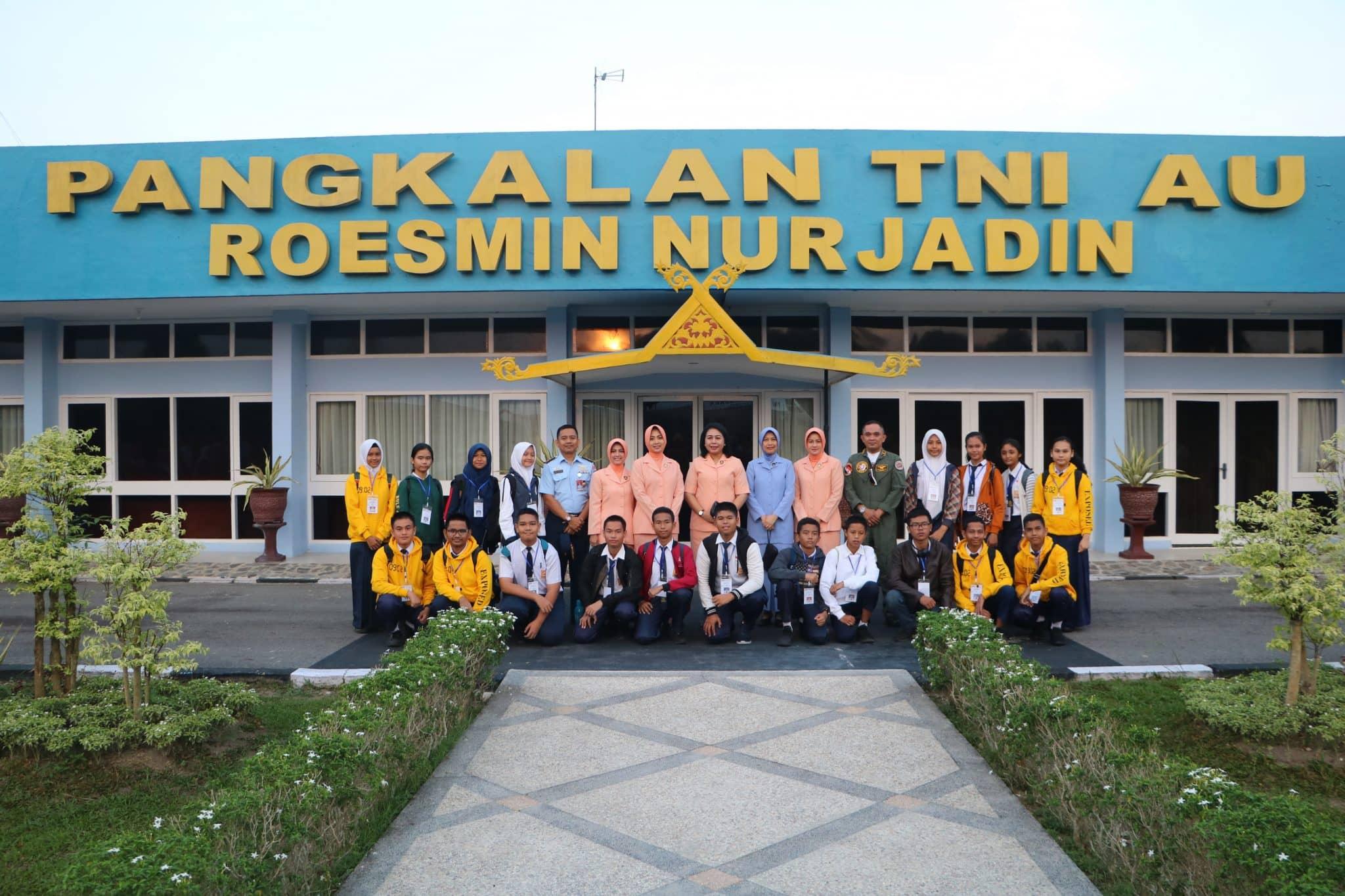 Ketua Yasarini Lanud Rsn Melepas 19 Casis SMA Pradita Dirgantara