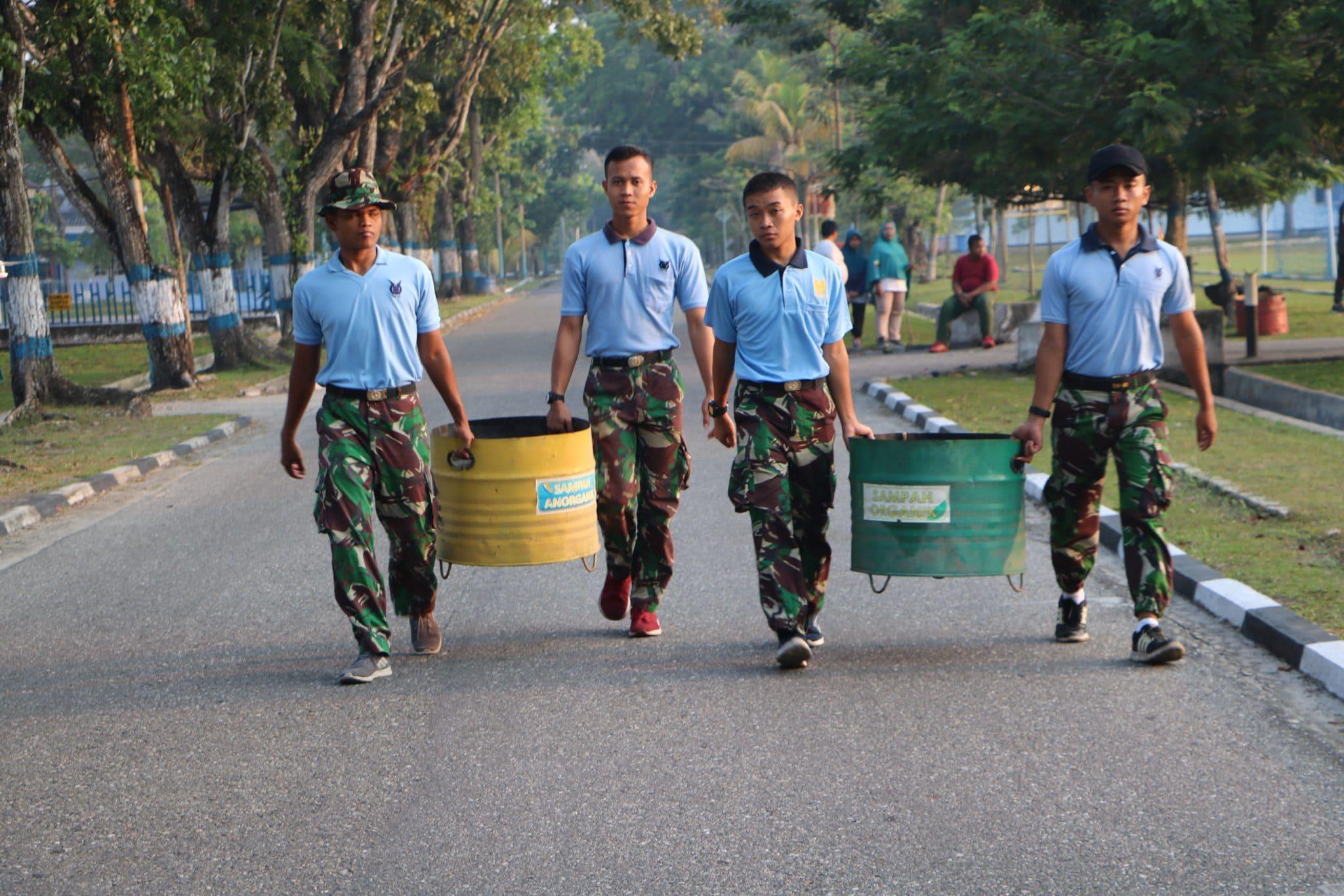Lanud Rsn Lakukan Bersih-Bersih di Lingkungan Perumahan