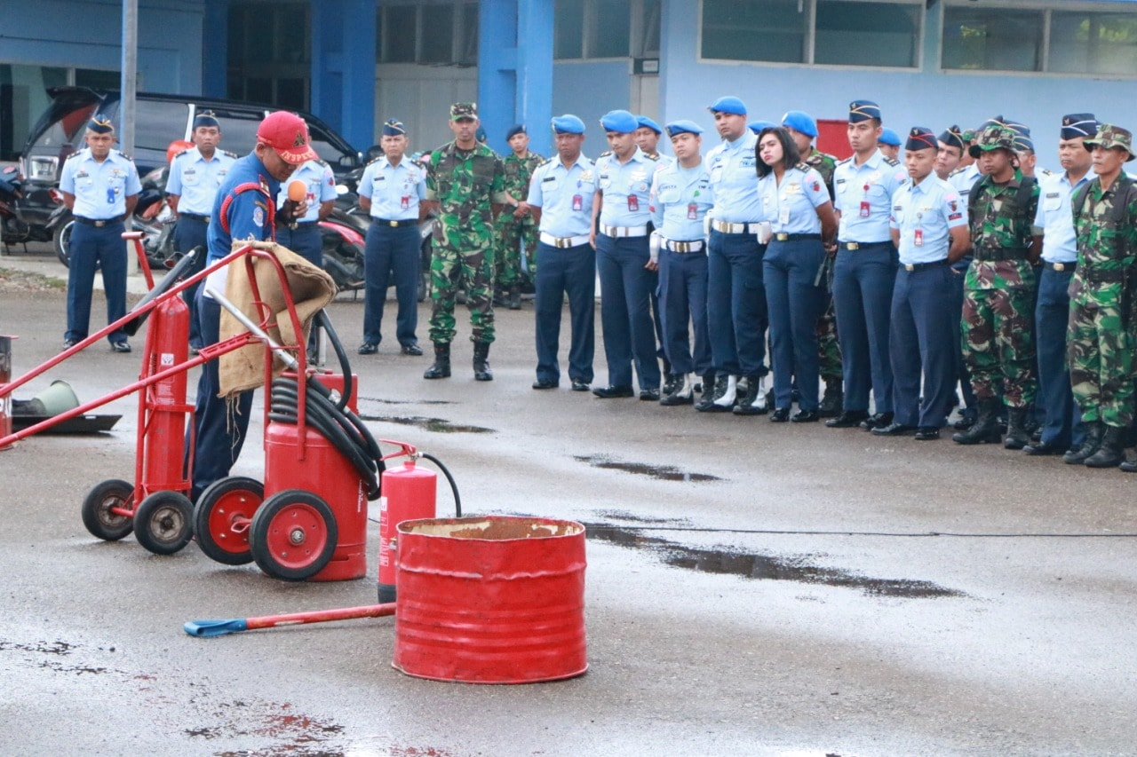 Simulasi Latihan Pemadam Kebakaran di Lanud Sutan Sjahrir.