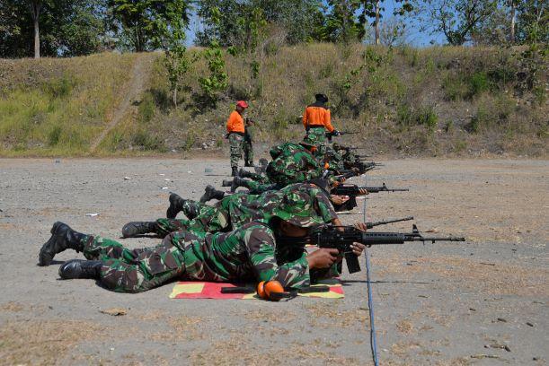 Bintara dan Tamtama Lanud Adi Soemarmo Latihan Menembak