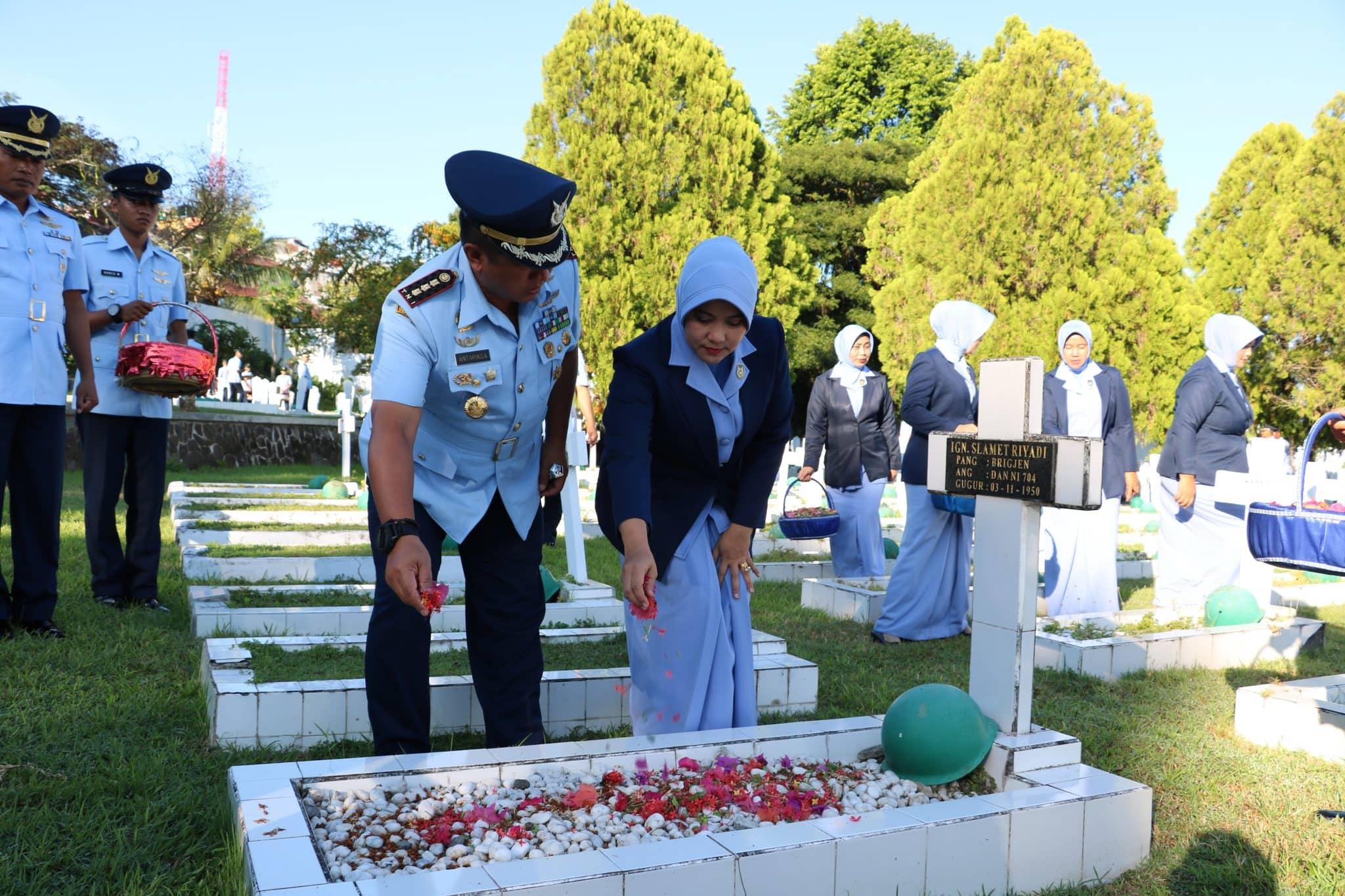 Peringati Momen HUT Ke-73 TNI AU, Lanud Pattimura Gelar Ziarah Taman Makam Pahlawan