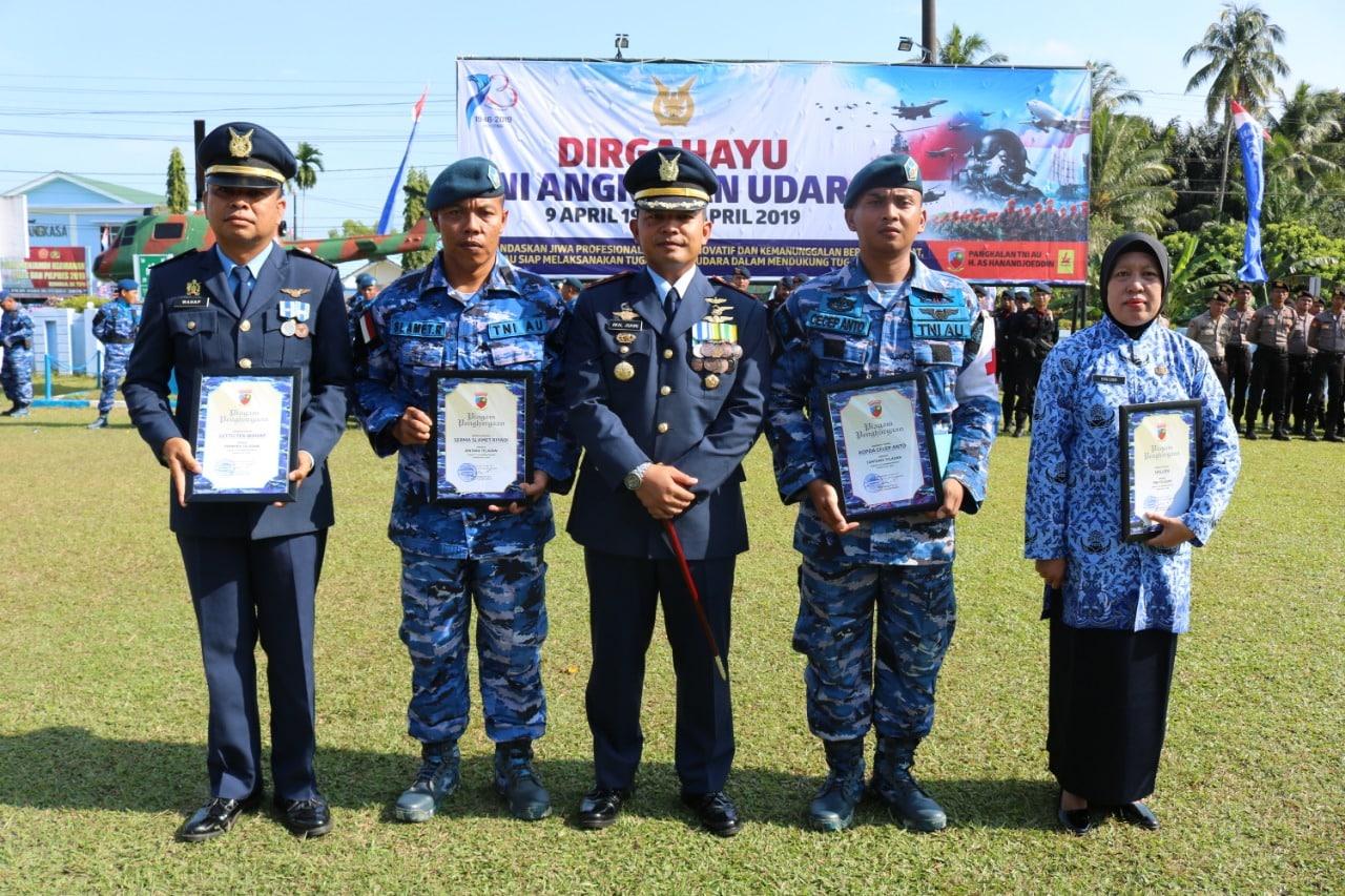 Danlanud ASH Memberikan Tiga Piagam Penghargaan Untuk Prajurit Teladan