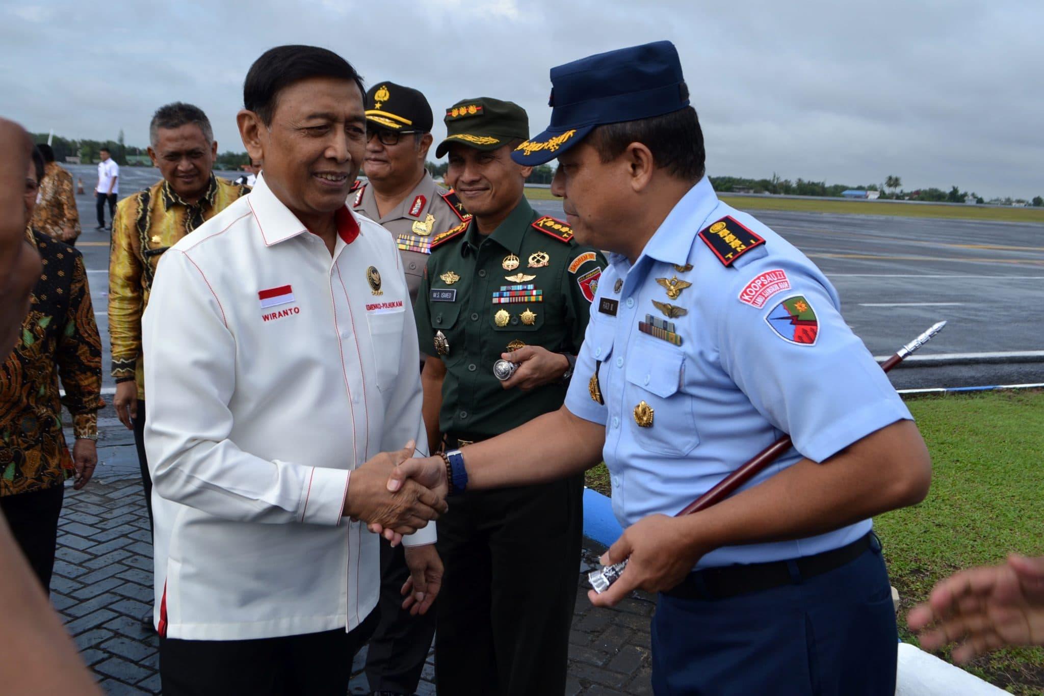 Komandan Lanud Sjamsudin Noor Sambut Kedatangan Menkopolhukam