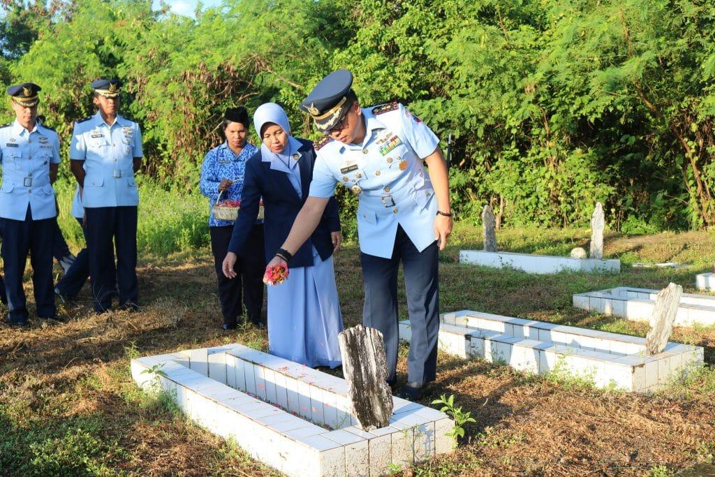 Lanud D. Dumatubun Ziarahi Taman Makam Pahlawan