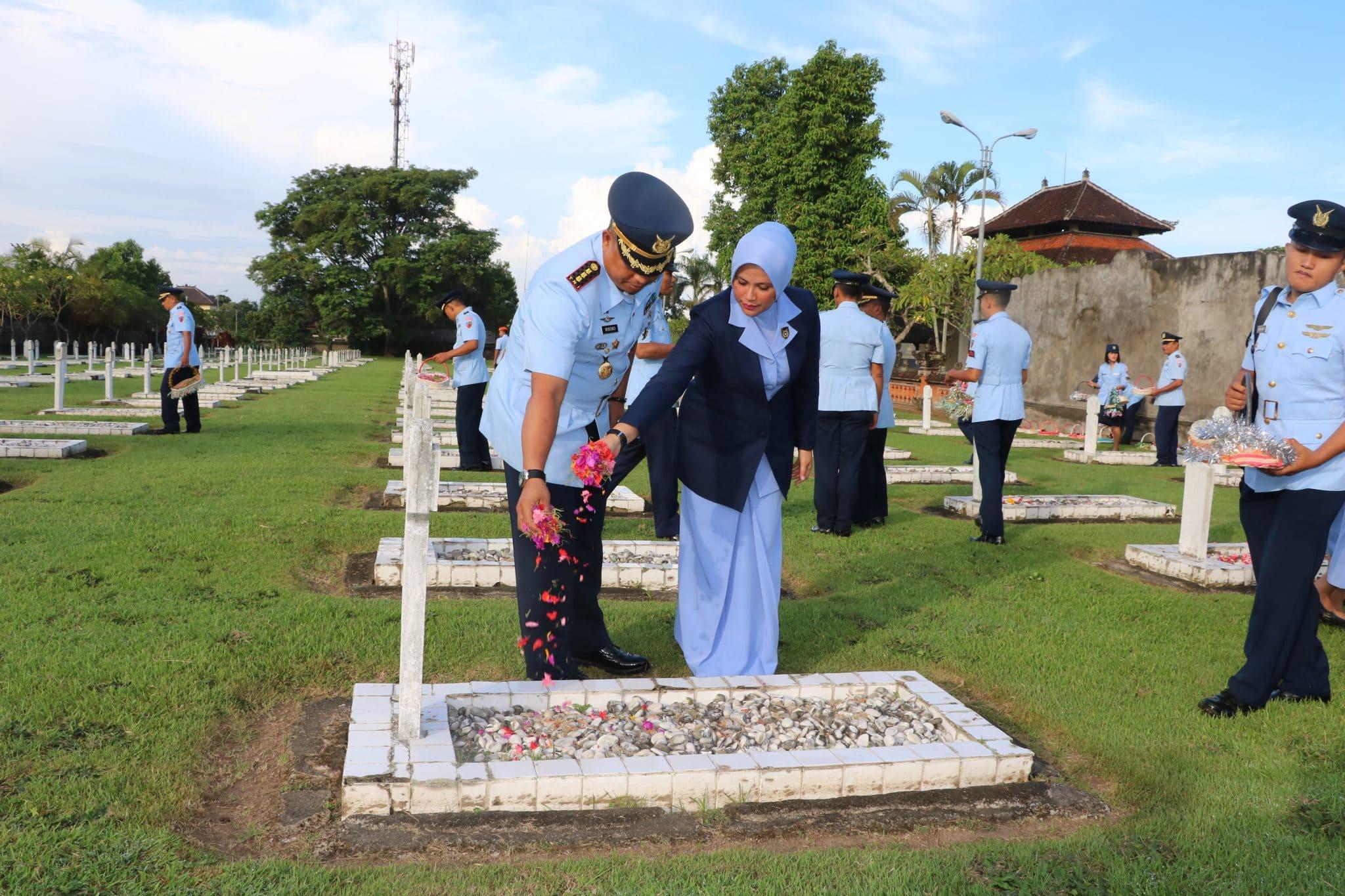 Hut Ke-73 TNI AU Lanud I Gusti Ngurah Rai Ziarah ke TMP Pancaka Tirtha Tabanan Bali