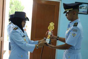 Danwingdikum Kolonel Sus Evi Zuraida S.h. M.h. Meyerahkan Piagam Penghargaan Kepada Siswa Terbaik Sesarcab Kes Angkatan Ke 23