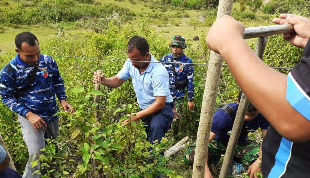 Lindungi Aset Tanah, Lanud Sultan Iskandar Muda Tancapkan Batang Kuda-kuda Sebagai Pembatas