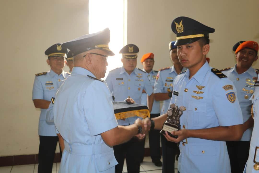 Letda Sus Agung Dwi Sasongko Lulusan Terbaik Susgumil Perwira A-52 Skadik 201 Lanud Sulaiman