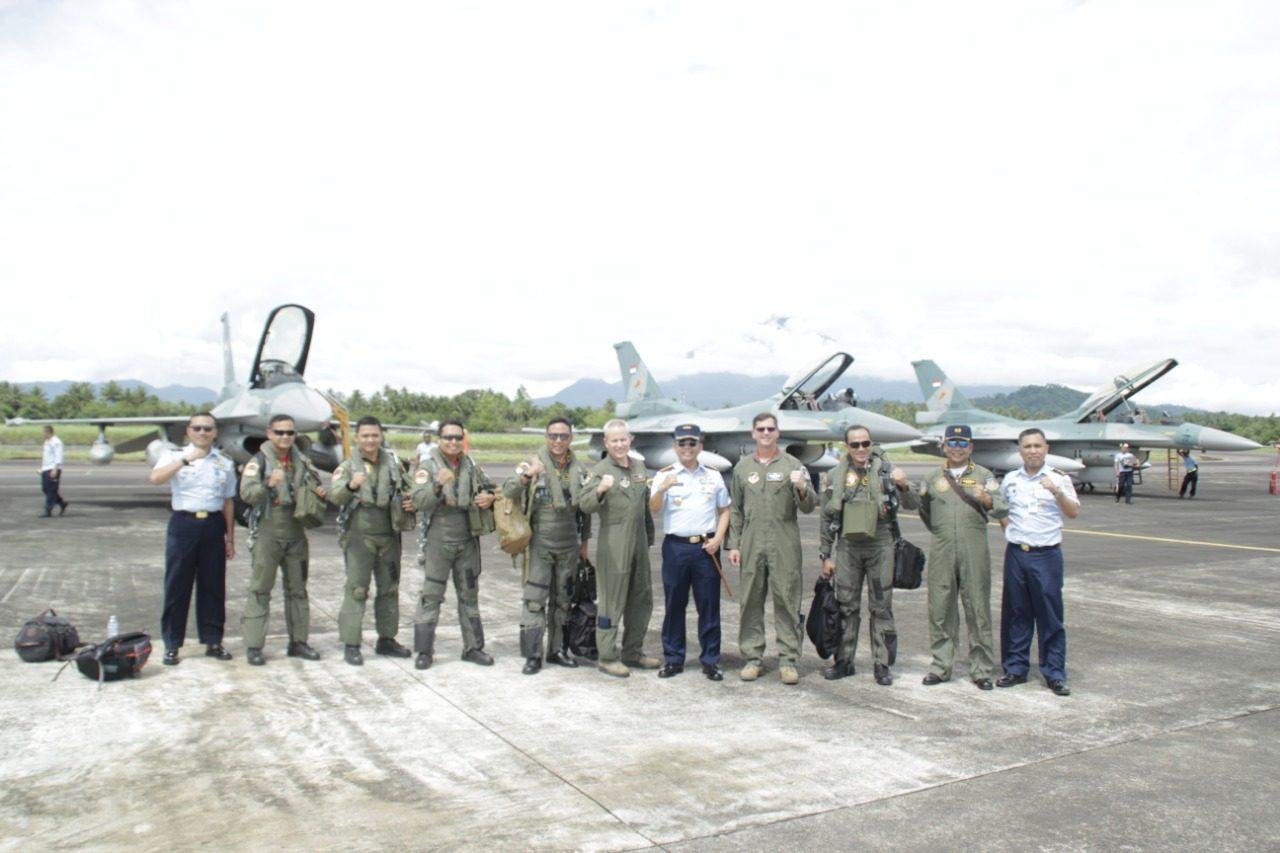 Kedatangan Pesawat Tempur F-16 dari Madiun dan USAF di Lanud Sam Ratulangi