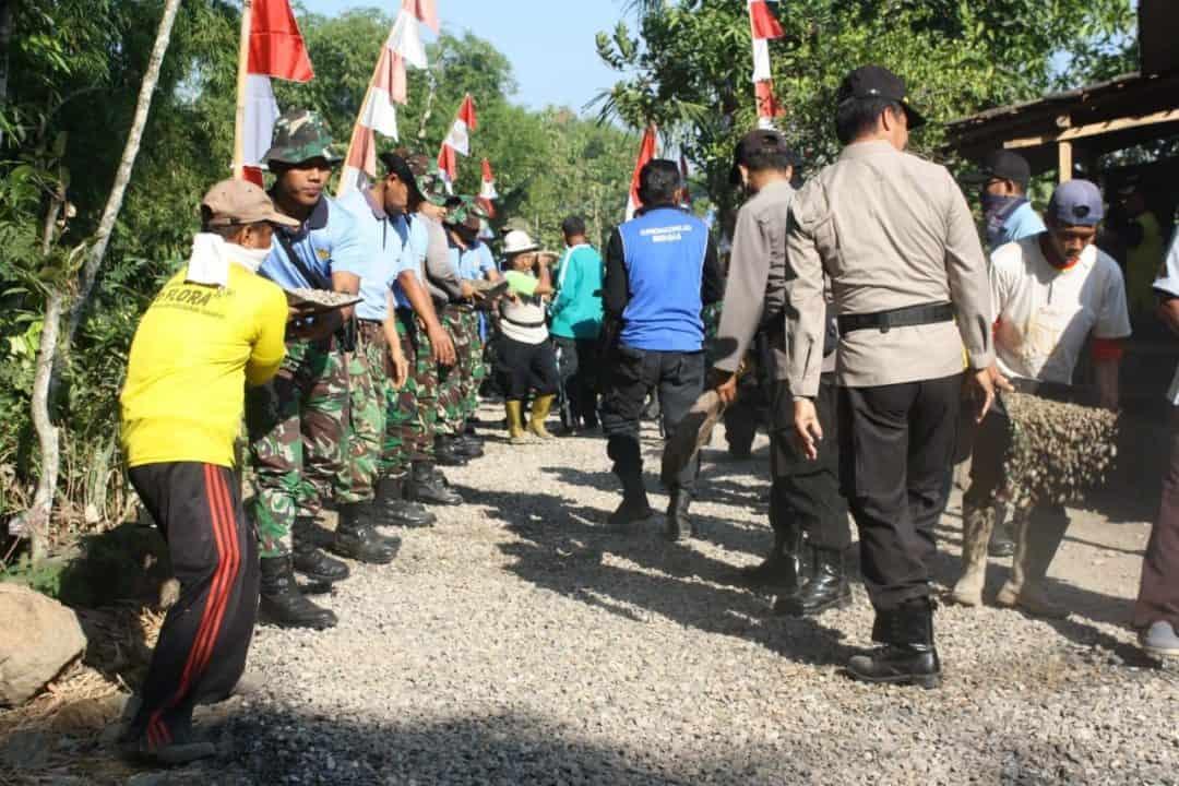 """Batik Tulis """"porang""""didongkrak, Jalan Diaspal 250 Prajurit Tni/polri Hubungkan Desa Tlagan Dan Ds Kenongorejo"""