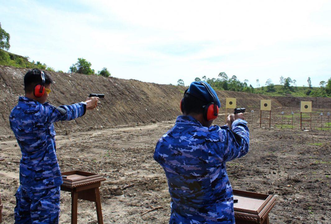 Personel Lanud Sultan Iskandar Muda Latihan Menembak Triwulan Ii