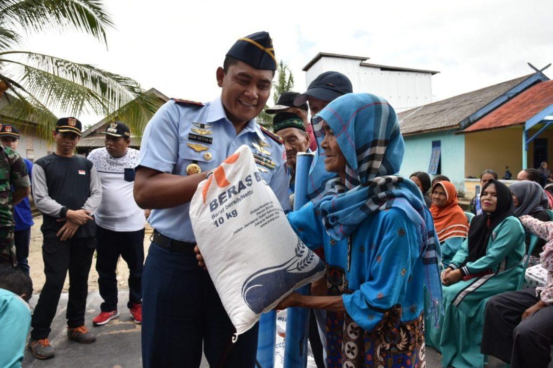 Komandan Lanud Bersama Forkopimda Kobar Berikan Bantuan Kepada Korban Banjir