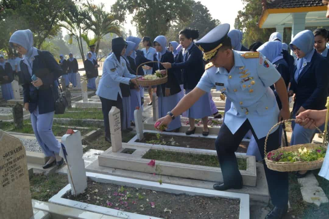 Jelang Peringatan Hari Bakti Tni Au Ke-72, Personel Tni Au Malang Ziarah Ke Tmp Suropati