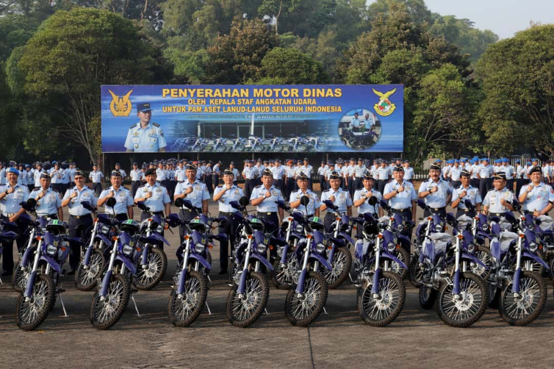 Danlanud Wiriadinata Menerima Sepeda Motor Trail Dari Kasau