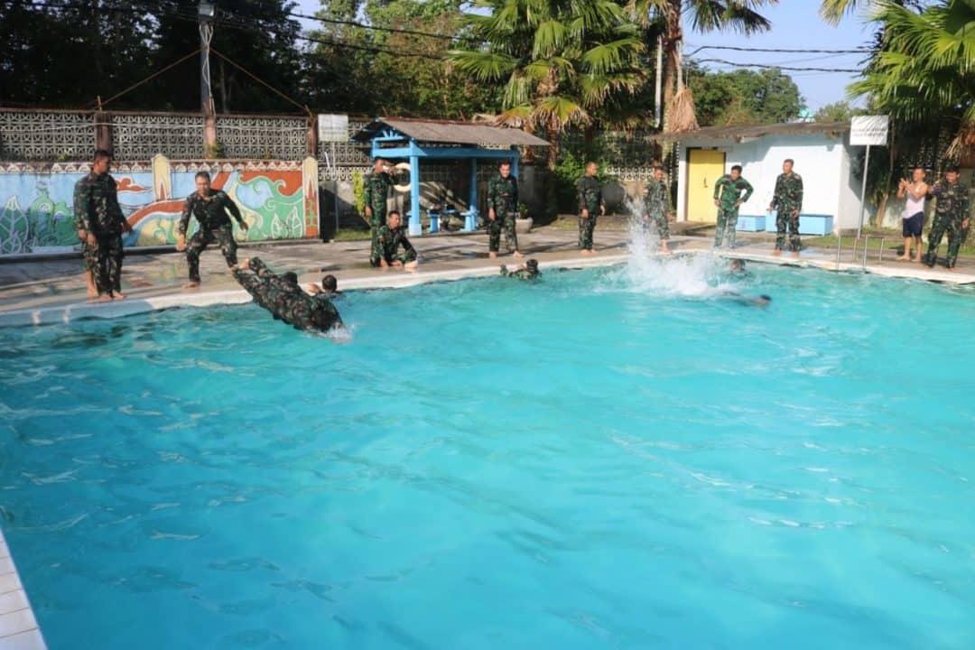 Berseragam Lengkap Lanud H As Hanandjoeddin Datangi Kolam Dsp Melaksanakan Latihan Renang Militer