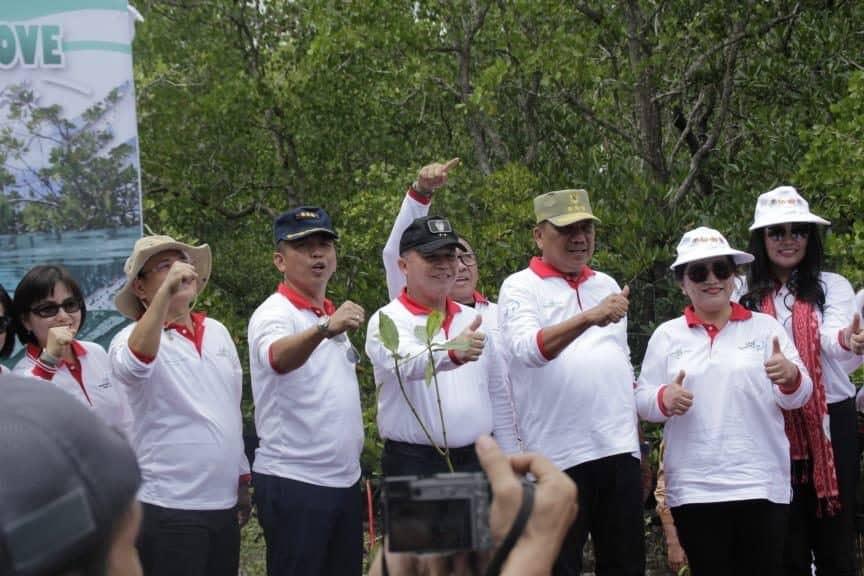 Danlanud Sam Ratulangi Beserta Ibu Ibu Pia Arhdya Garini Ikut Penanaman Pohon Manggrove Dalam Rangka Memperingati Hari Lingkungan Hidup Tahun 2019 Di Provinsi Sulut