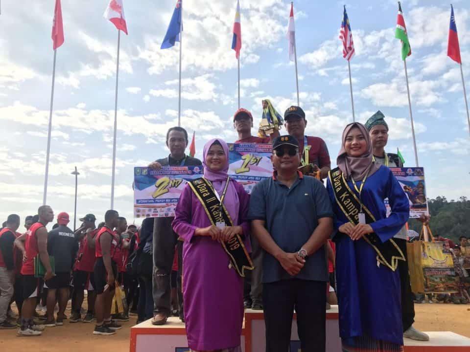 Kasi Kamhanlan Lanud Rsn, Serahkan Piala Pemenang Lomba Kidbf