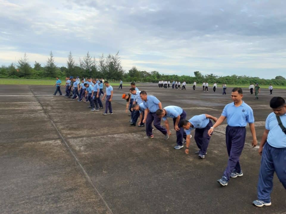 Komandan Lanud Sutan Sjahrir Ajak Anggota Bersihkan Koba Disepanjang Runway Dan Apron