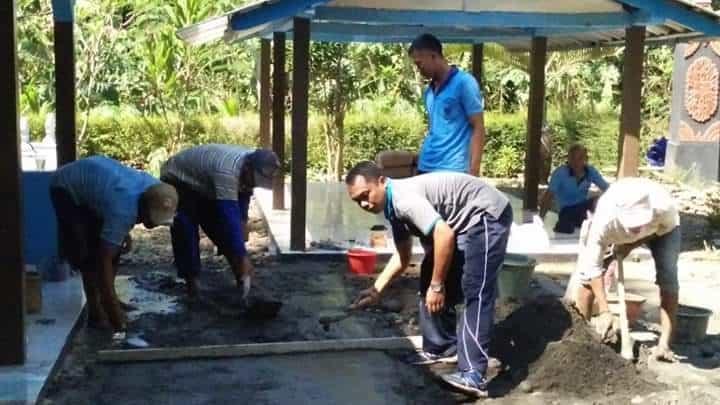 Personel Lanud J.b. Soedirman Melaksanakan Karya Bakti Pengecoran Rabat Jalan Dan Halaman Makam Adipati Wirasaba Vi