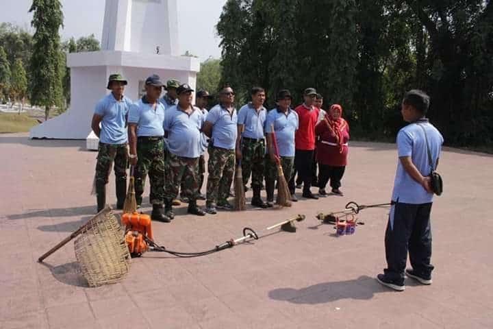 Personel Lanud J.b. Soedirman Melaksanakan Karya Bakti Kebersihan Di Tmp Purbosaroyo Purbalingga
