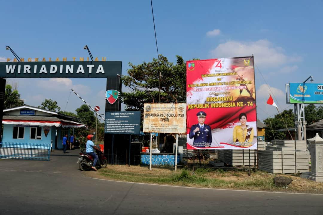LANUD WIRIADINATA PASANG BANNER UCAPAN DIRGAHAYU REPUBLIK INDONESIA KE – 74