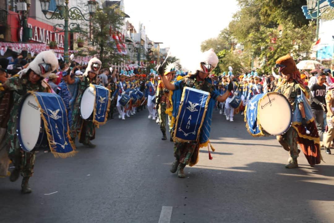 Drumband Gita Dirgantara Hibur Warga dan Wisatawan