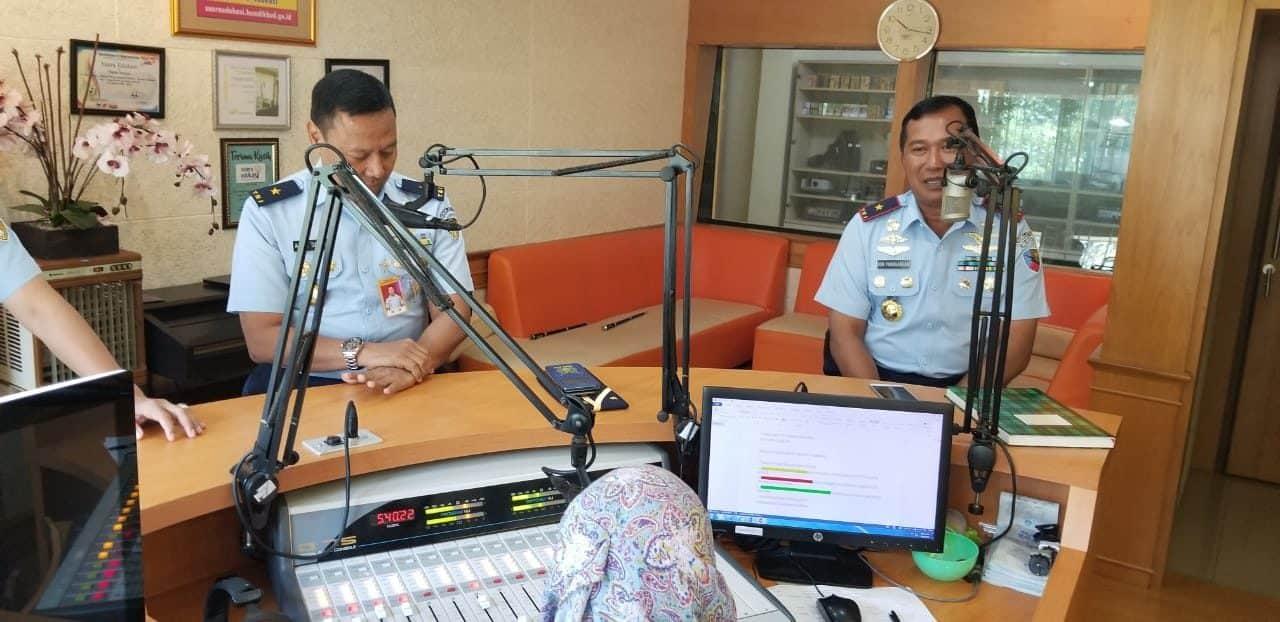 Kenalkan Sekolah Penerbang TNI AU, Danlanud Adisutjipto beserta Direktur Kodiklatau siaran di Suara Pustekkom Kemendikbud.
