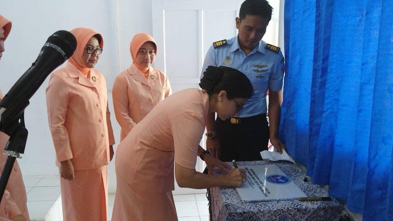 Ketua Yasarini Cabang Lanud Adisutjipto resmikan Ruang Guru SMP Angkasa