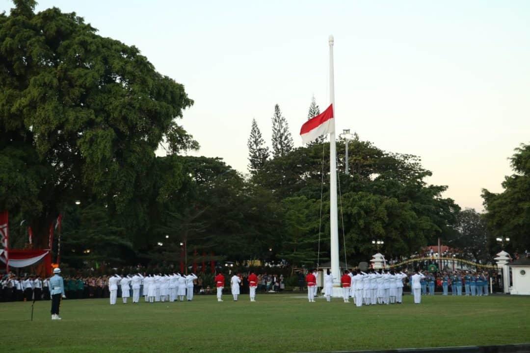 Drumband Gita Dirgantara Awali Penurunan Bendera Merah Putih