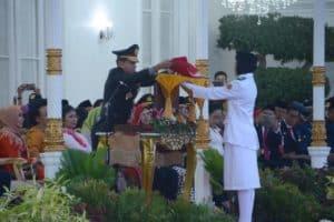Upacara Penurunan Bendera Merah Putih di Gedung Agung berlangsung khidmat