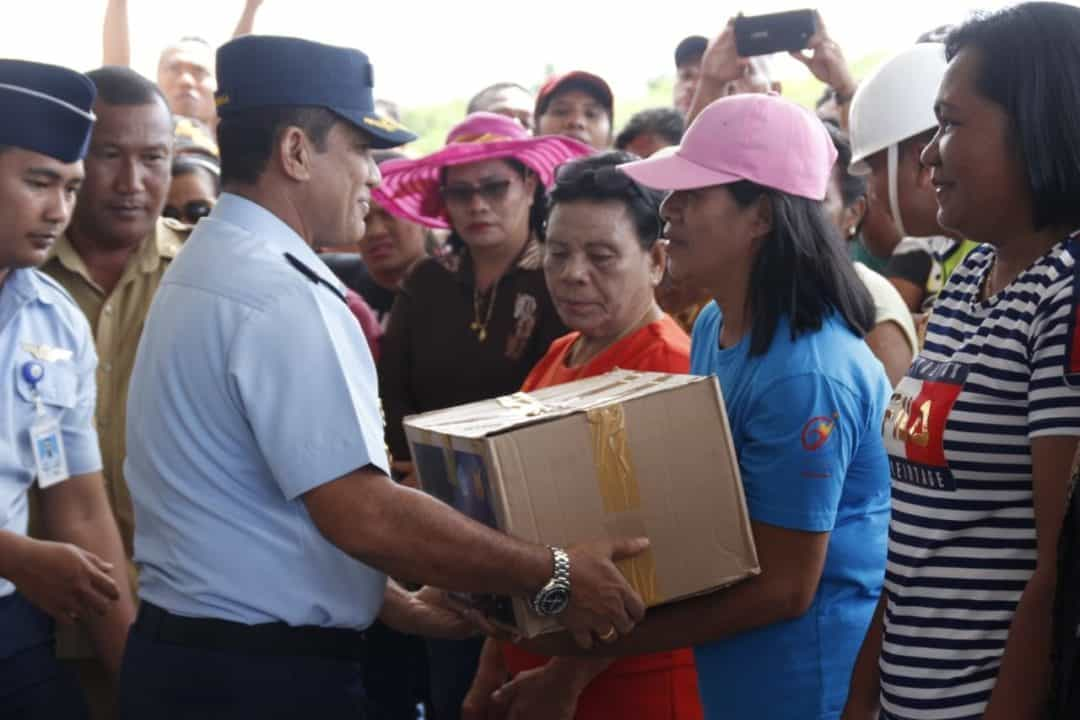 PELANGI NUSANTARA 2019 TNI AU Bagikan Paket Sembako di Miangas